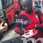Naby-Keita-signing-liverpool-shirt