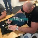 tyson-fury-shirt-sign