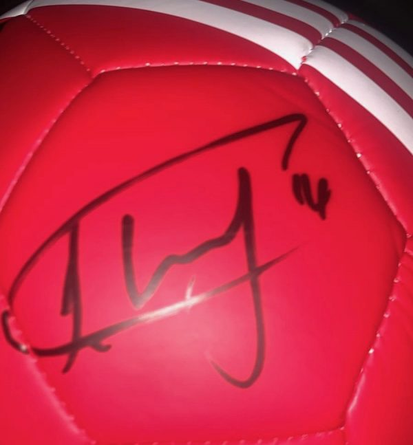 Manchester United football signed by 9  in a Display case super item